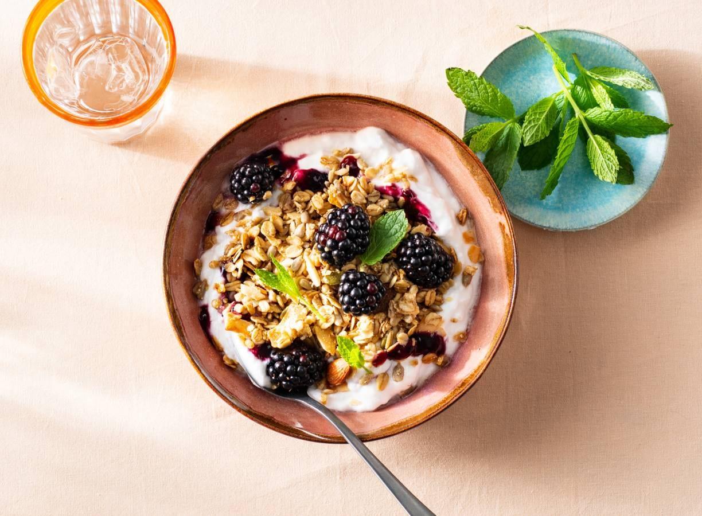 Ontbijtbowl met bramen en granola