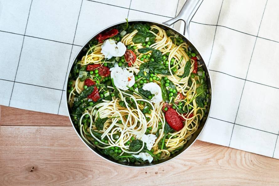 Romige eenpanspasta met groenten en buffelmozzarella
