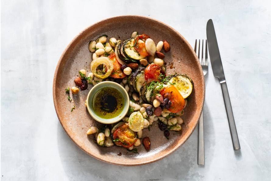 Salade van geroosterde groenten met kruiden en noten