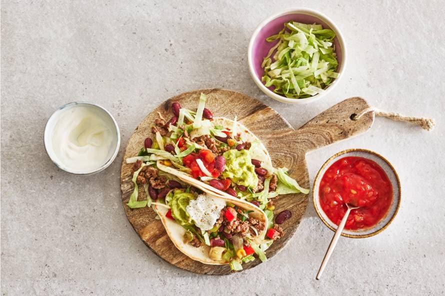 Taco's met gehakt, kidneybonen en guacamole