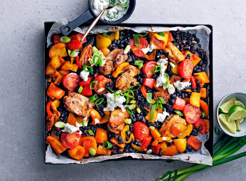 Traybake van kip, paprika, zwarte bonen en chipotle