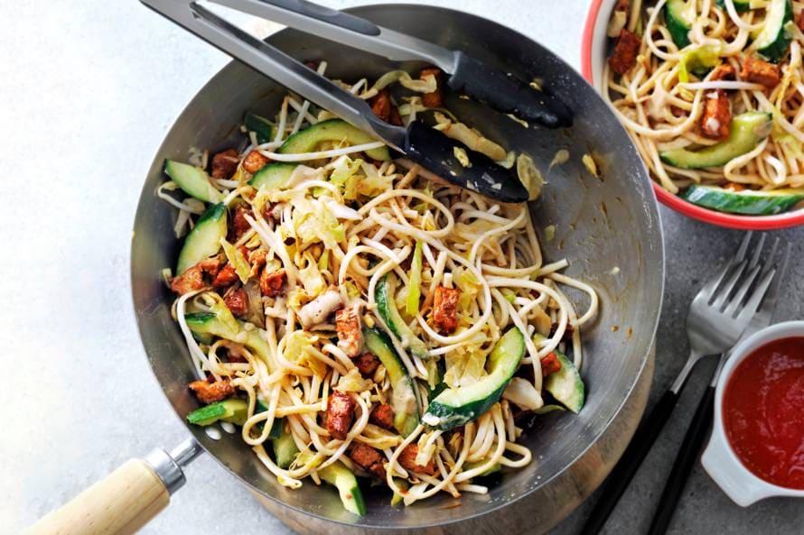 Vegetarische noedels met tofu, komkommer en tahindressing