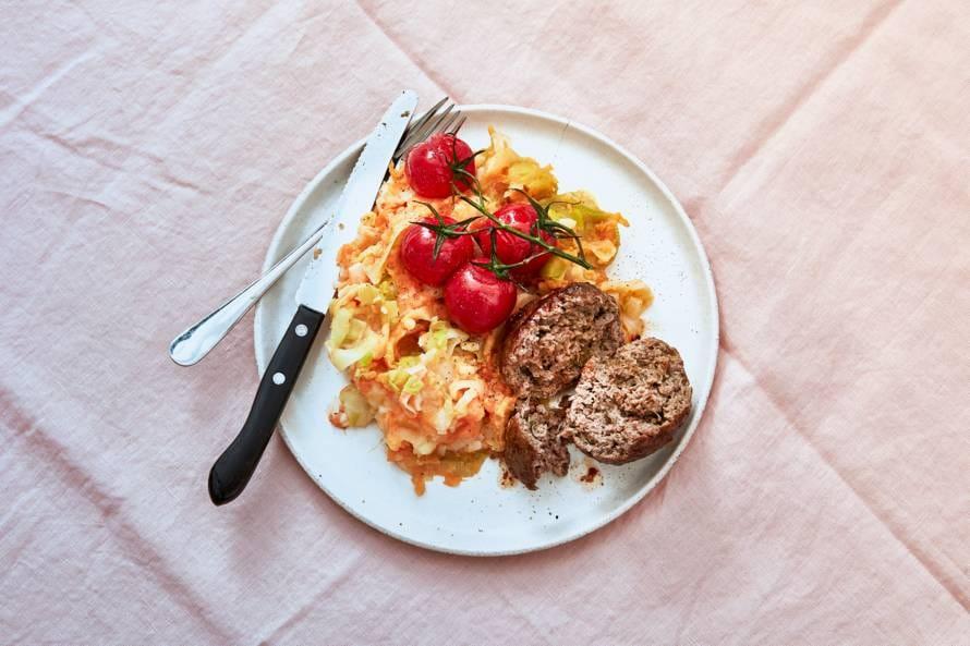 Zoete aardappelstamppot met gehaktbal en tomaatjes