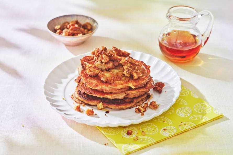 American apple pancakes met walnoten & ahornsiroop