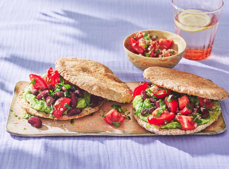 Volkorenpita met avocado, rode kidneybonen & salsa