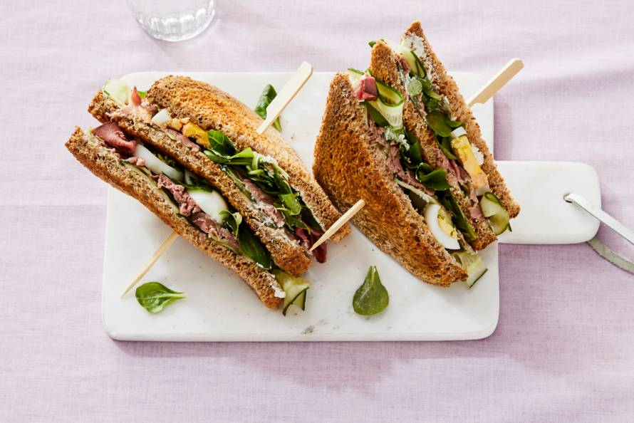 Clubsandwich met zuivelspread, rosbief & gekookt ei