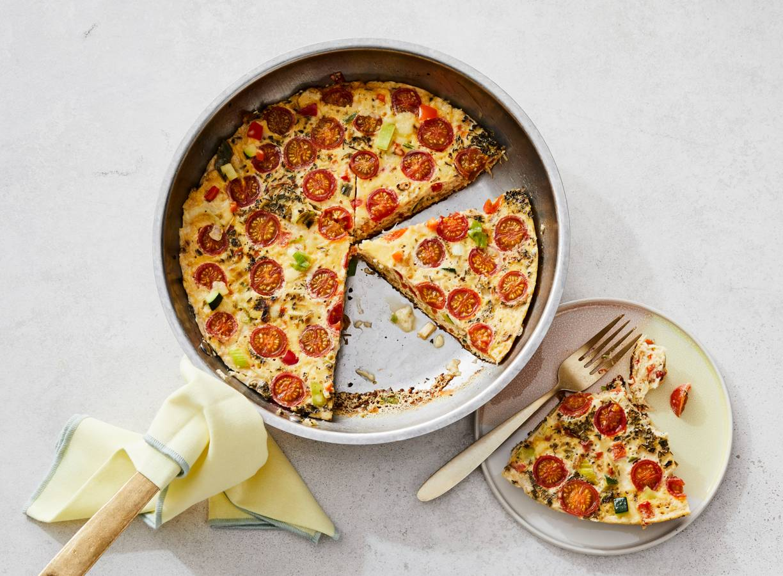 Italiaanse omelet met roerbakgroente en cherrytomaten