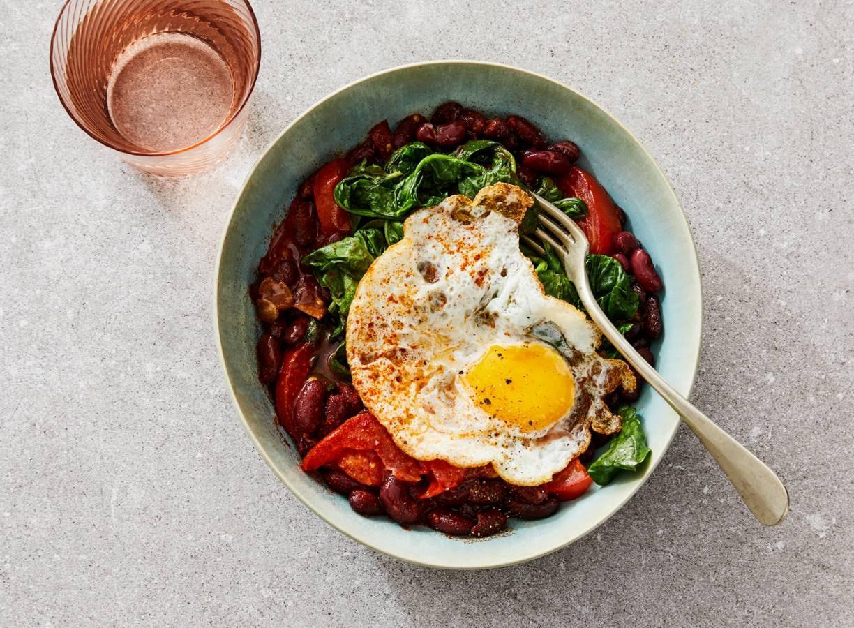 Mexicaanse lunchbowl met kidneybonen, spinazie & gebakken ei