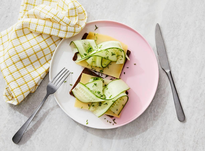 Roggebrood met kaas & komkommer