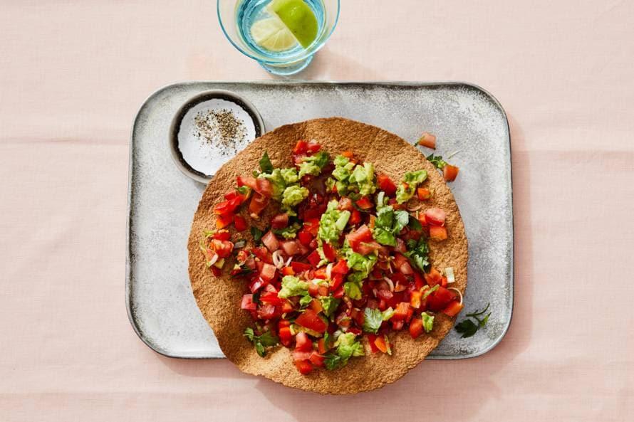Volkoren tostada's met avocado & paprika-tomatensalsa