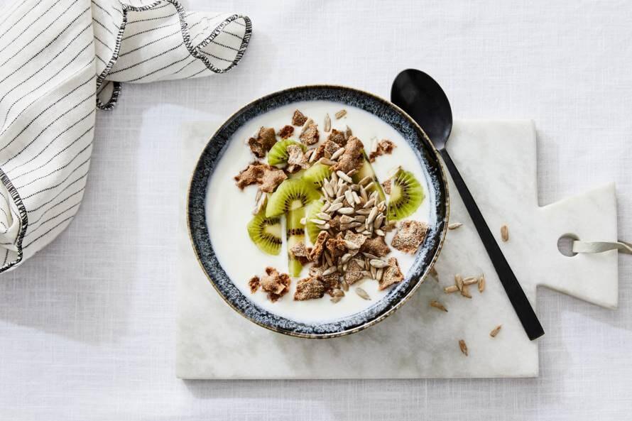 Yoghurt met kiwi & verkruimeld knäckebröd