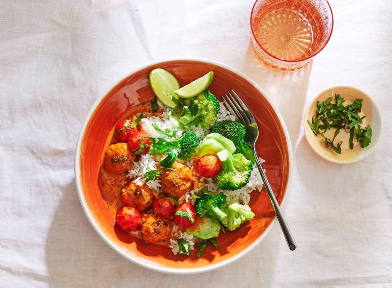 Kipballetjes in rode-currysaus met rijst