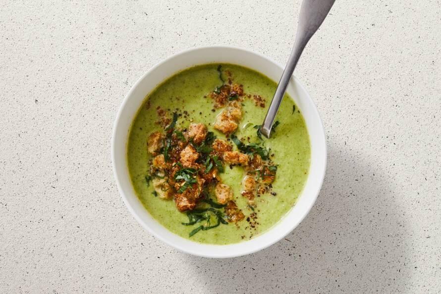 Broccolisoep met soepgroenten en broodkruim