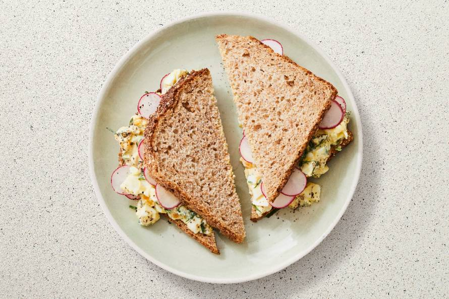 Sandwich met eiersalade en radijs