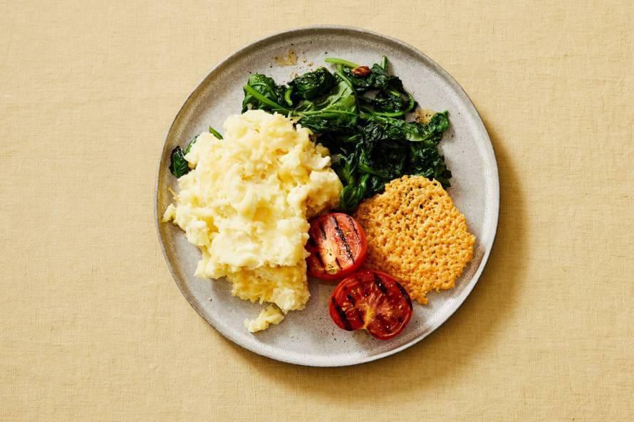 Aardappelpuree met kaas, groenten en kaaskoekjes