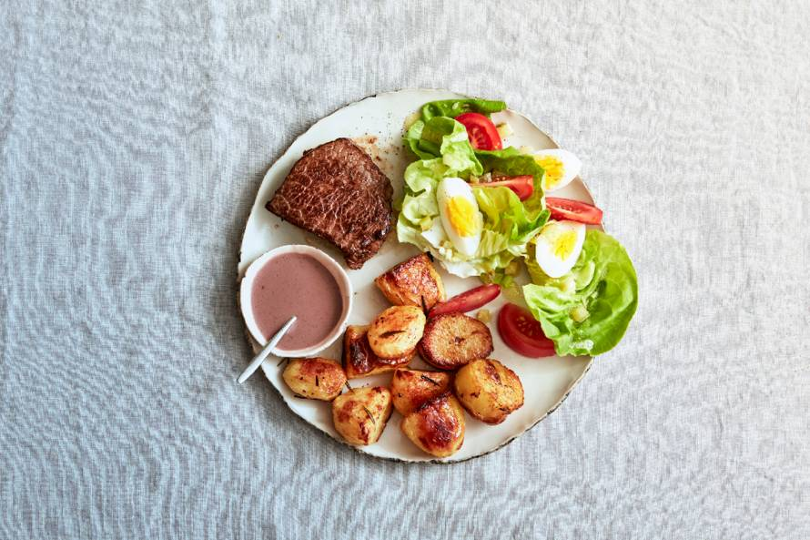 Biefstuk met rodewijnsaus en geroosterde aardappelen