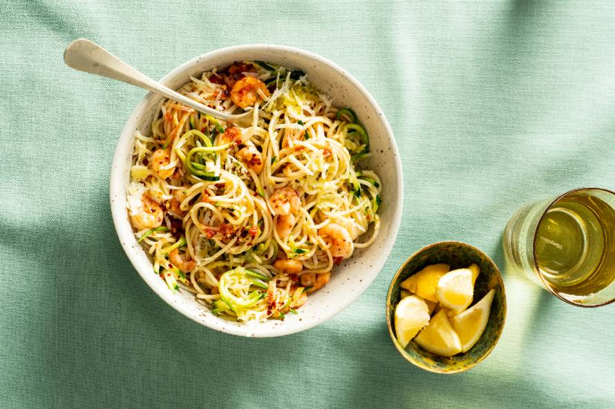 Courgettespaghetti met garnalen, tapenade en extra vierge olijfolie