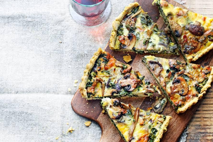 Hartige taart met champignons, paddenstoelen, boerenkool en pancetta