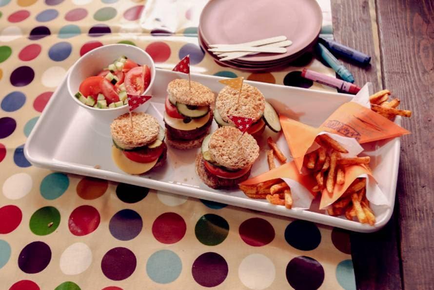 Mini hamburgertjes en mini puntzakje Franse friet