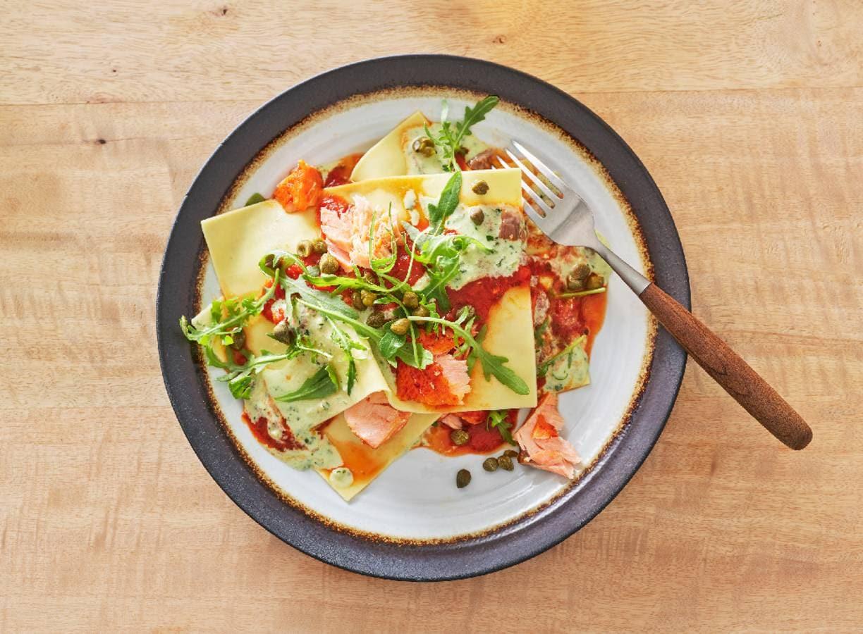 Open lasagne met rucola, pestosaus en warmgerookte zalm