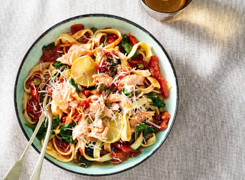 Tagliatelle met zalm in tomatensaus