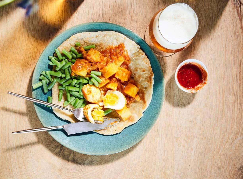 Vega aardappelcurry met boontjes en roti