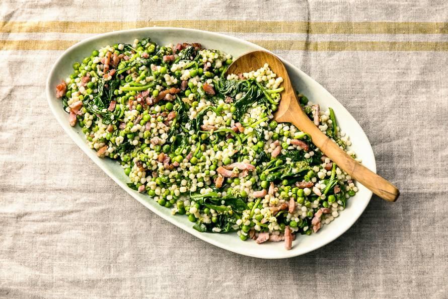 Parelcouscous met pesto, spekjes en spinazie