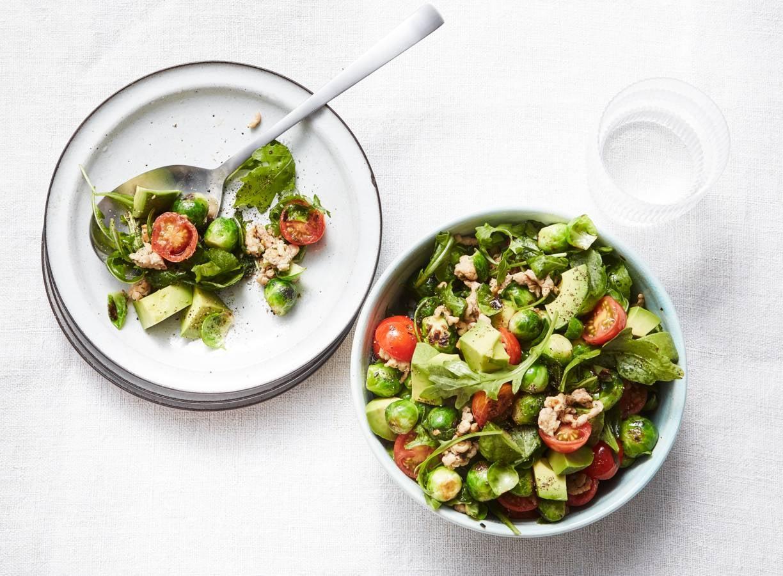 Spruitjes roerbak met kip, avocado en cherrytomaten