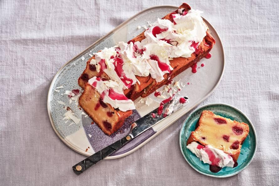 Cake met witte chocolade en kersen