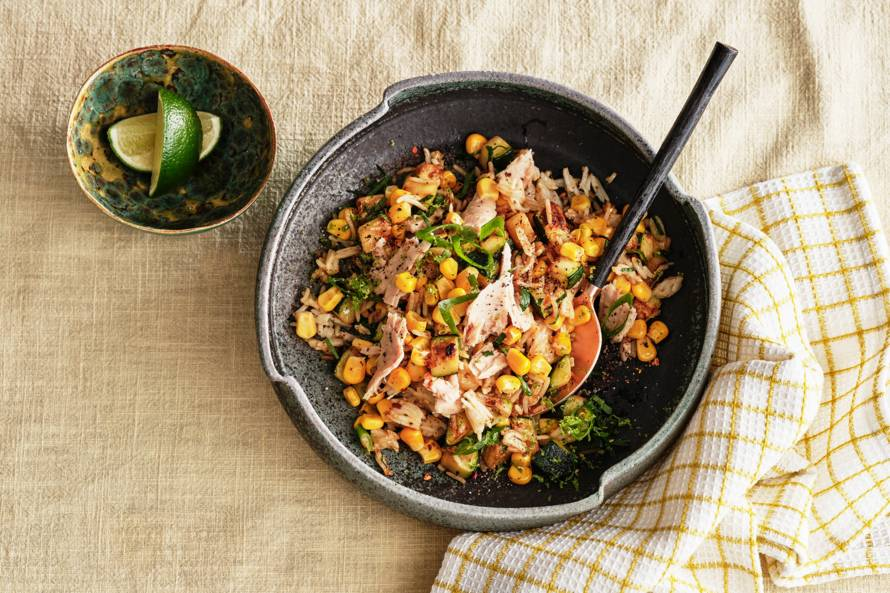 Snelle rijstschotel met mais, courgette en tonijn