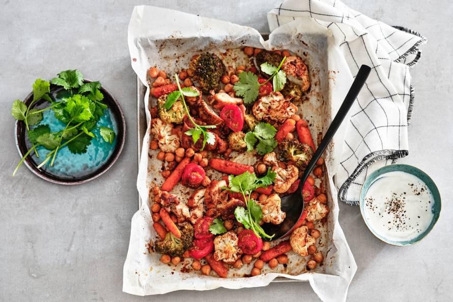 Traybake kip tandoori met kikkererwten en tomaat