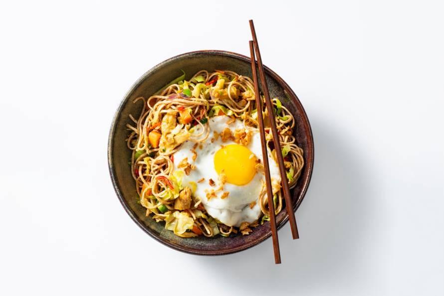 Bami met vegetarische Kipstuckjes en gebakken ei