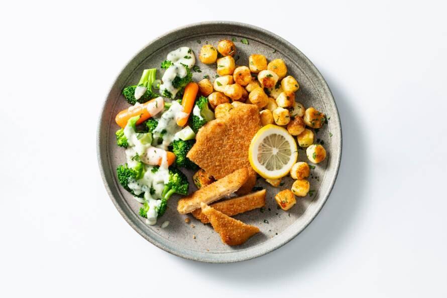 Vegetarische schnitzel met krieltjes, groente en kaassaus