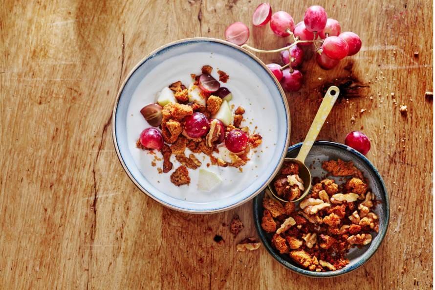 Yoghurt met peer, druiven en kruidkoek-notencrumble