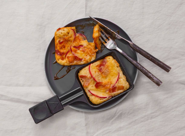 Gourmet-pannenkoeken met kaas, appel, spek en stroop