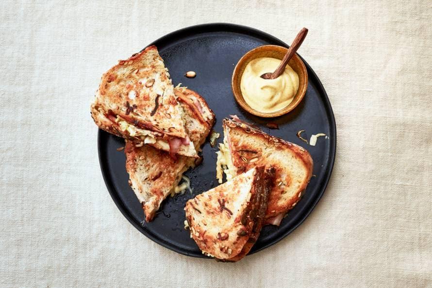Pantosti met gruyère, ham en mosterd
