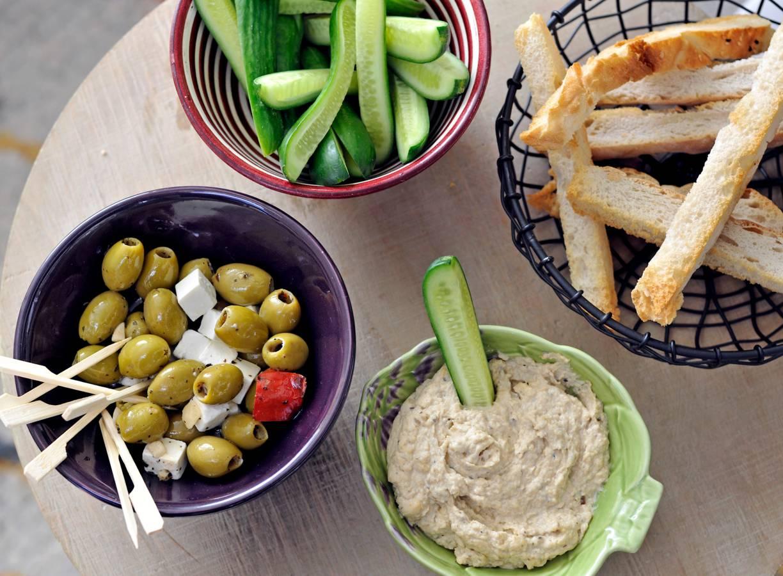 Turks brood met auberginedip, olijf en komkommer