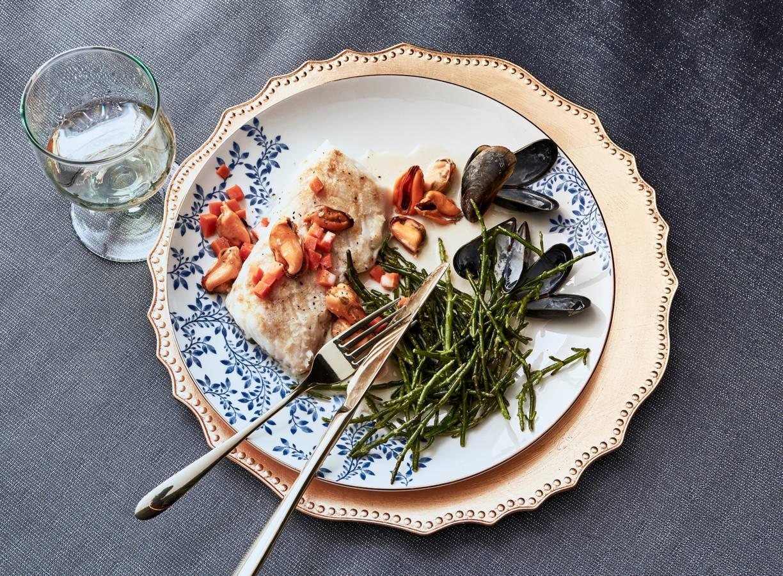 Kabeljauwfilet met mosselen, wortel en zeekraal