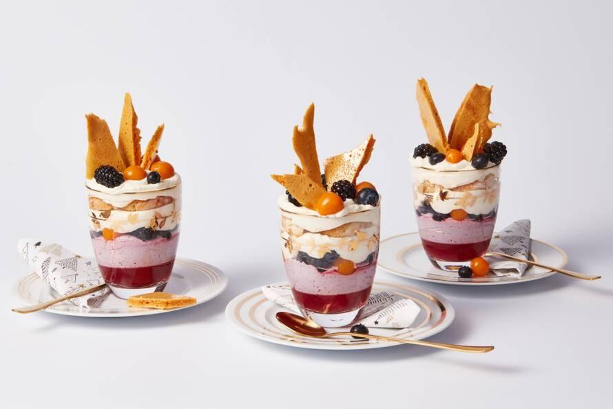 Mini-trifles met amandelkoekjes, bessencrème en honeycomb