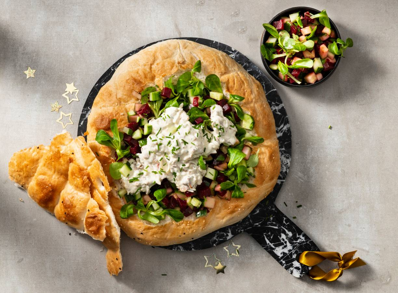 Gevuld Turks brood met kip-kebabsalade
