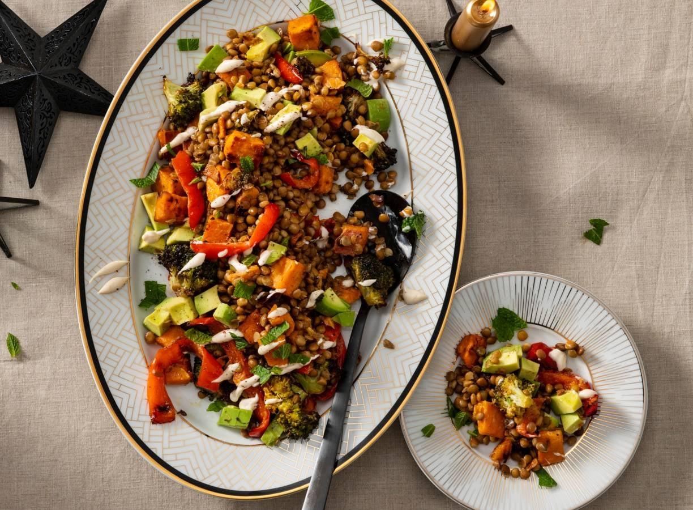 Ovengroente met linzen, avocado en tahinisaus