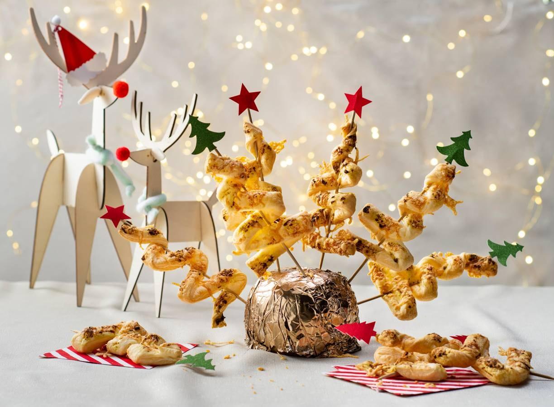 Bladerdeeghapjes in kerstboomvorm met pesto