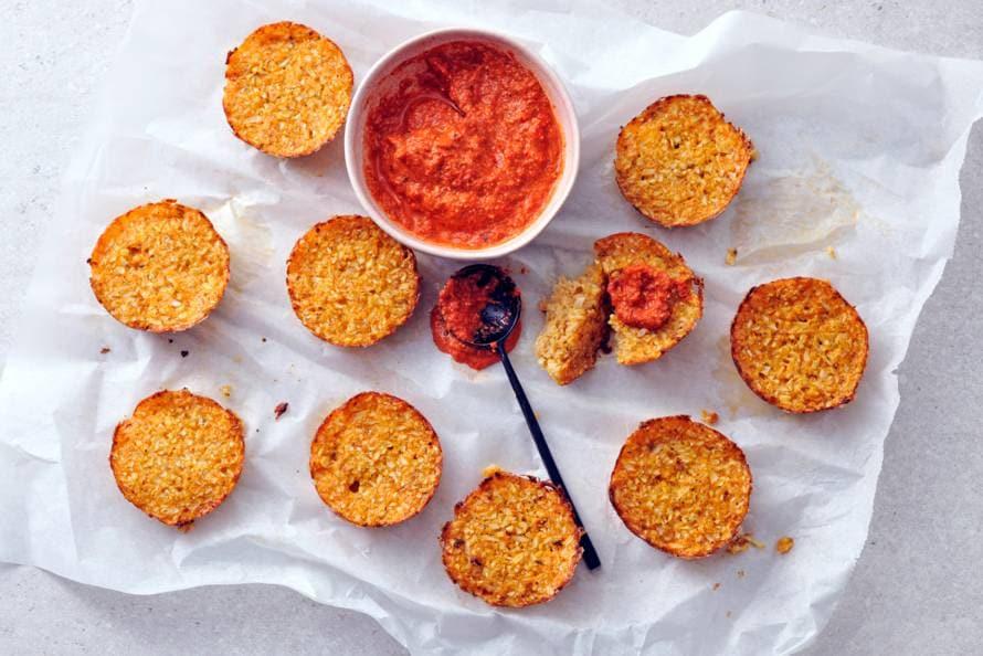 Bloemkool-snacks met cheddar en paprikadip