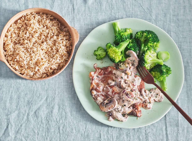 Karbonades met champignonroomsaus, broccoli en rijst