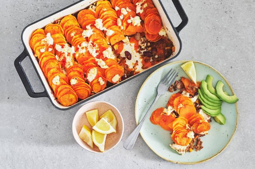 Ovenschotel met zoete aardappel, bonen, avocado en ricotta