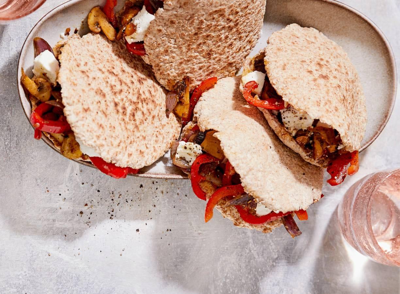 Pitabroodjes met gebakken groenten en geitenkaas