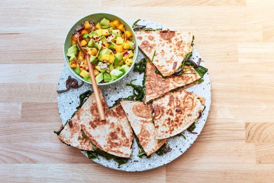 Volkoren-quesadillas met spinazie en avocado-mangosalsa