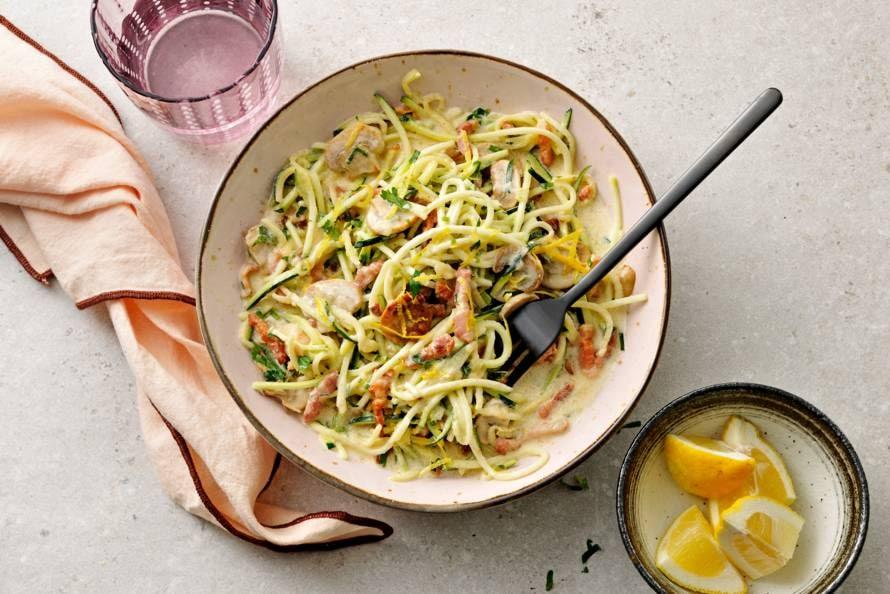 Courgette-spaghetti met room, champignons en spekreepjes