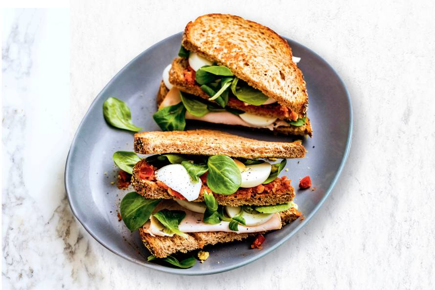 Volkoren-clubsandwich met kipfilet, sla en ei