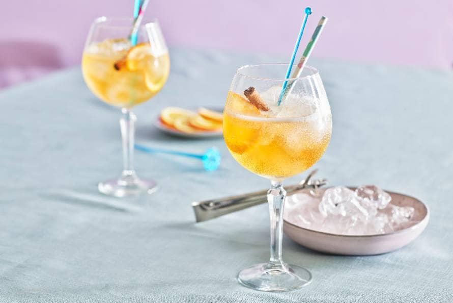 IJsthee-mocktail met gingerale, rooibos en sinaasappel